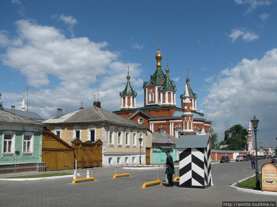Коломенский городовой у полосатой будки.