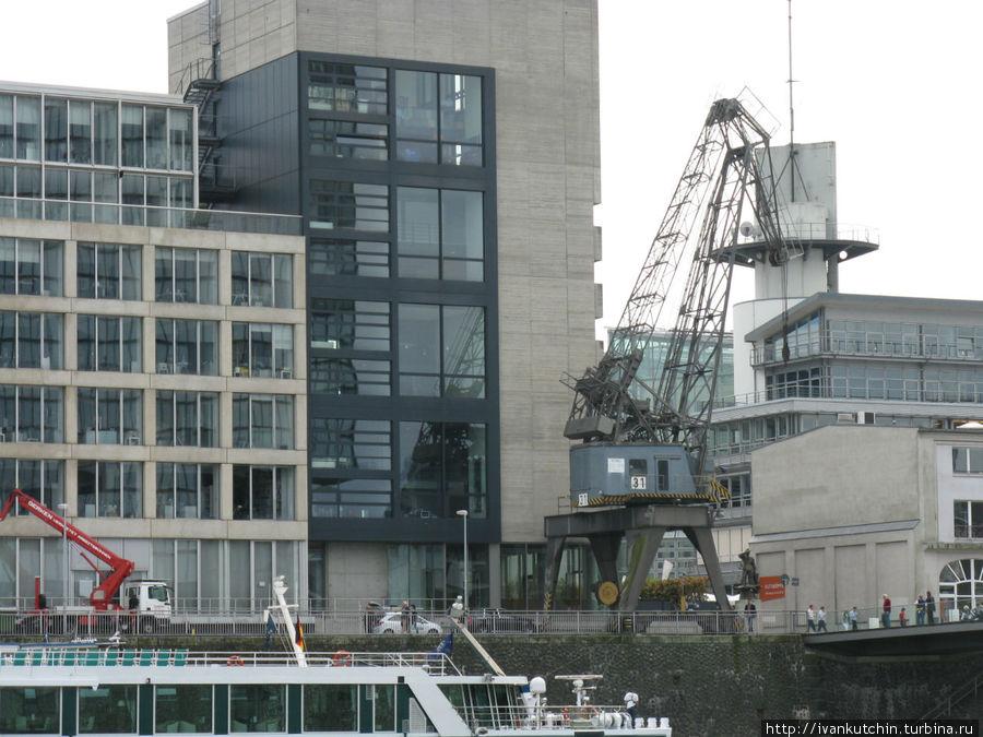 Использовавшиеся ранее портовые краны демонтировать не стали, они как бы подчеркивают новый стиль архитектуры