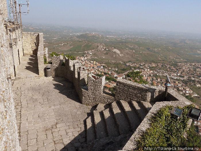 Фрагмент крепостной стены с видом на жилые кварталы внизу