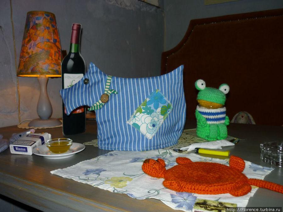 Под собачкой прячется чайник, а под лягушкой — сахарница :)