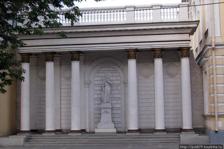 Памятник Ф. И. Шаляпину напротив театра оперы и балета.