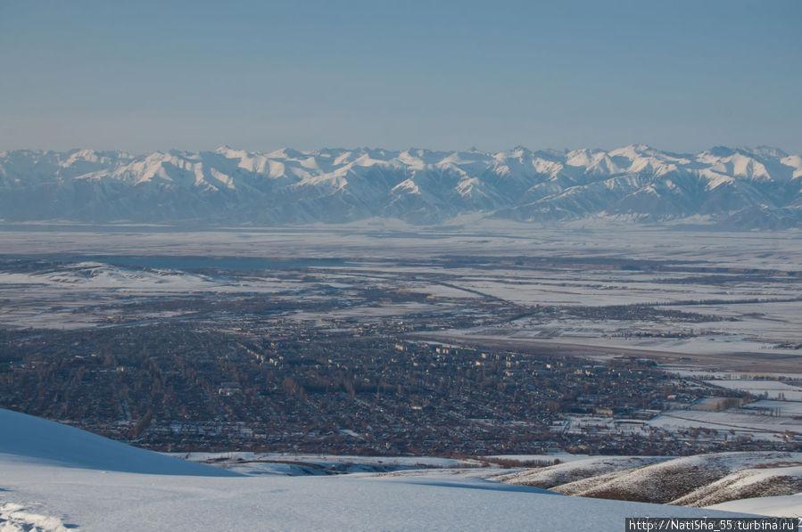 Вид с вершины на г. Каракол, позади озеро Иссык-Куль, и Северный Тянь-Шань. Будем спускаться с горы прямо к г. Караколу...