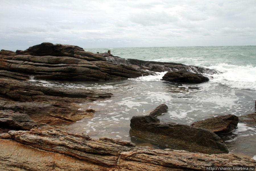 Море волнуется и бьется о скалы