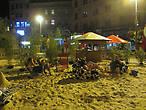 Вот такой ресторан-пляж устроили на центральной площади. Сразу вспомнился рассказ Тани-Rainbow как в её городе устроили пляж прямо на улице.