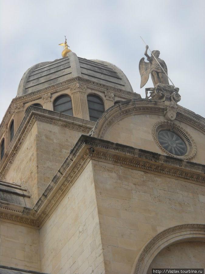 Фасад и купол собора