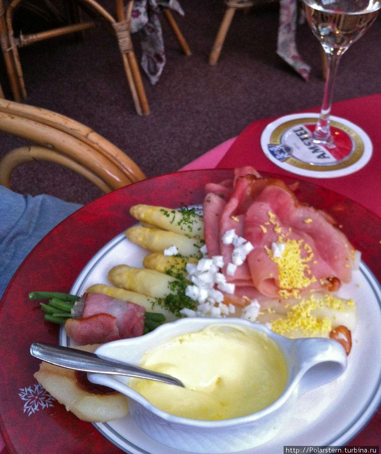 Местная ветчина со специально приготовленным соусом и яйцом, домашним картофелем и молодой спаржей — традиционная тексельская трапеза