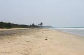 Огромный пляж с белым песком