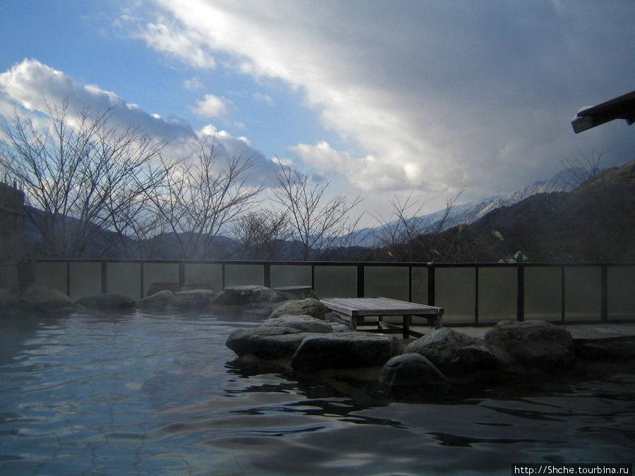 с нашей площадки открываются чудные панорамные виды на горы, что вода здесь имеет особую, очень приятную для кожи минерализацию и правильную температуру
