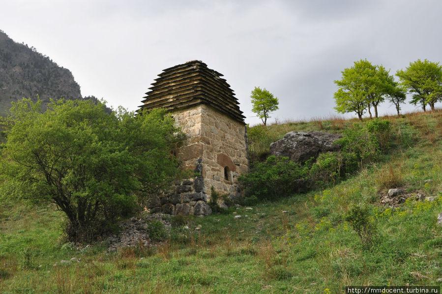 Мавзолей, до сих пор сохраняющий останки жителей селения Эгикал, Россия