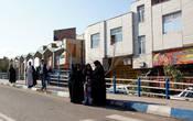 На улицах Кума. Женщины стоят отдельно, т.к. для них предусмотрен отдельный вход в женскую половину автобуса.