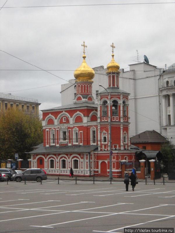Церковь со стороны площади