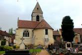 Церковь Сент — Пьер со стороны церковного кладбища.