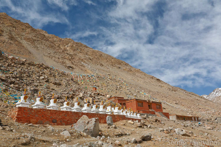 Ступы у монастыря Дира Пх
