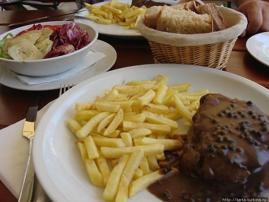 Сочный стейк из говядины с картофелем и овощами