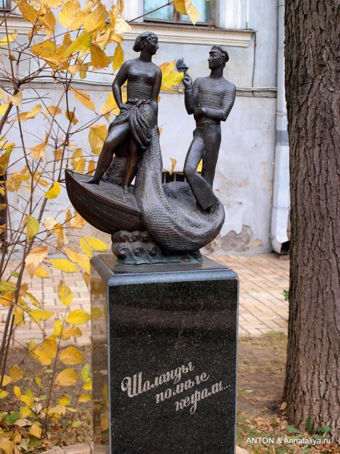 Памятник рыбачке Соне и моряку Косте.