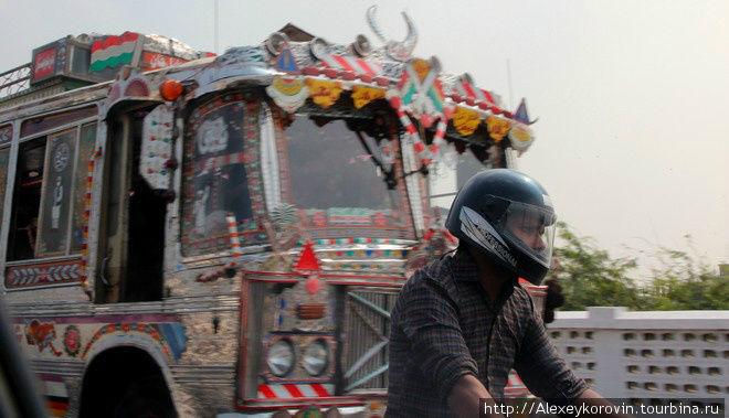Атрибуты Пакистана: разрисованный автобус и мотоциклист