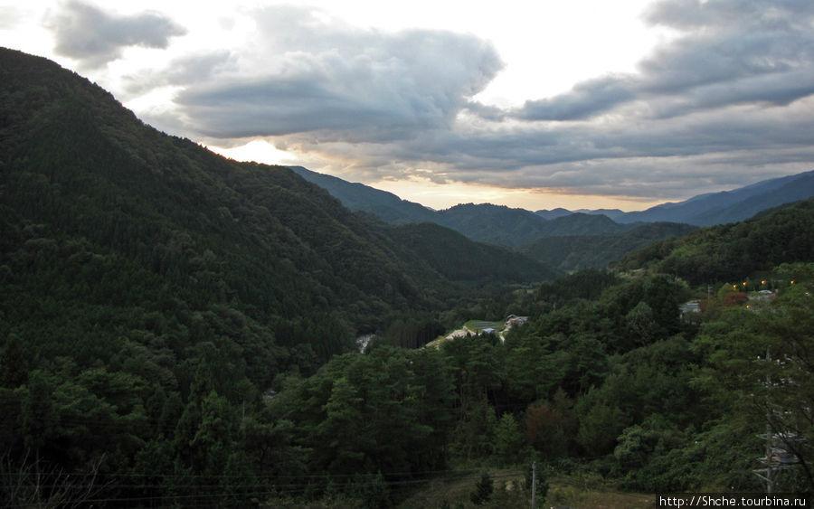 Панорамный вид со стоянки перед онсэном