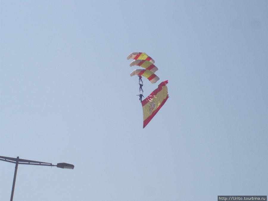 испанские парашютисты в небе Барселоны