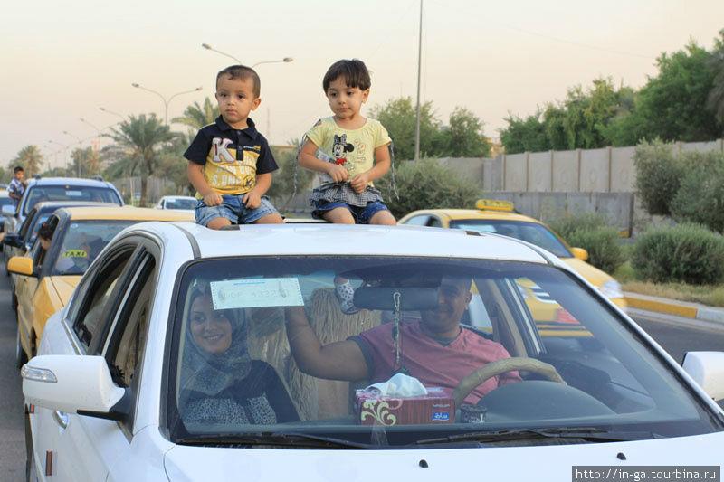 Вопреки всему в Багдаде есть мирная жизнь. Родители вечером везут ребят в Парк культуры и отдыха покатать на каруселях и других вертелках.