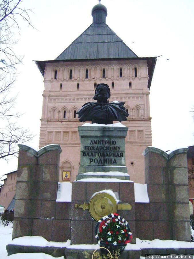 Памятник Дмитрию Пожарскому на фоне 22-метровой Проездной башни монастыря
