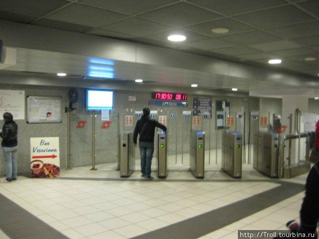 Вход на станцию под железнодорожным вокзалом
