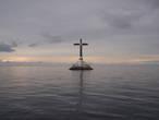 Кладбище испанских завоевателей ушедшее под воду в результате извержения вулкана 140 лет назад. Под водой,  на глубине 2-х метров, отчётливо видны гробницы.