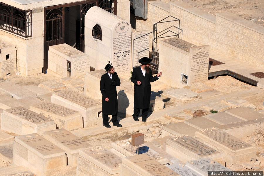 Говорят, на этом кладбище покоится сын Давида Авессалом и  ветхозаветные пророки.