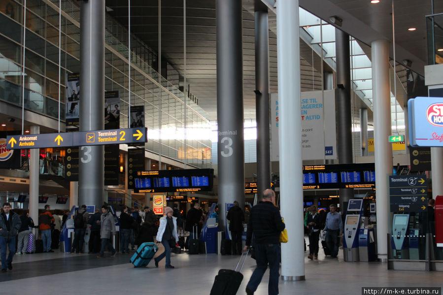 Фотография терминала 3 при вылете. Направо указатель в терминал 2