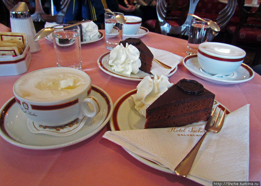 Волшебным образом на столе материализовались основные блюда — кофе и