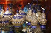 Самое красиво на персидском базаре — тарелки и кувшины с ручной росписью. Как они умудряются так тонко и точно расписывать посуду?! Это просто невероятно. Потом все обжигается и краска может служит вечно. Поцарапать ее тоже очень сложно.