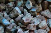 Камень ларимар вулканического происхождения, который добывают только на некоторых островах Карибского бассейна. А ещё точнее, в Доминиканской Республике и на Багамах (хотя считается, что только в первой).