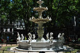 Рынок расположен вокруг этого чудесного фонтанчика