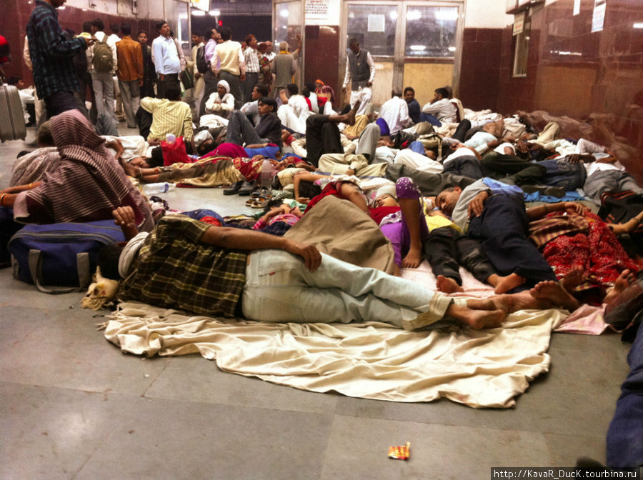 Вокзал Агры. Люди ожидают поезда