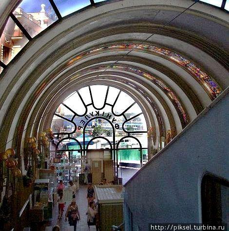 Внутреннее оформление нижней станции. Витражи в в виде цветочных орнаментов размещены по потолку
