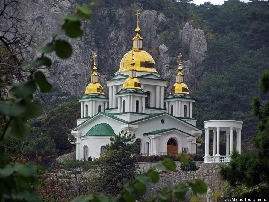 Вид на церковь и ротонду с трассы Ялта-Севастополь