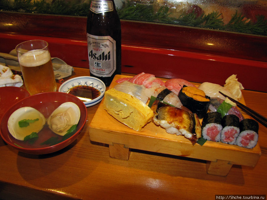 А это наш заказ в Камакуре, в ресторанчике подают и суп, и другие продукты, но суши — основное. На доске в левом дальнем углу очень дорогой и вкусный тунец