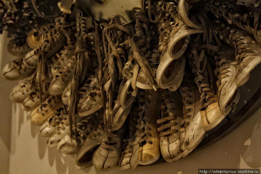 Инсталляция из ботинок от коньков. Автор Лидия Сухогузова