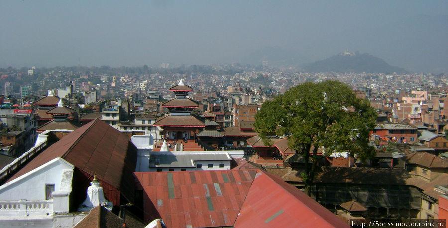 А это панорама крыш непальской столицы. Справа вдали виден холм Сваямба, на котором находится Храм Обезьян.