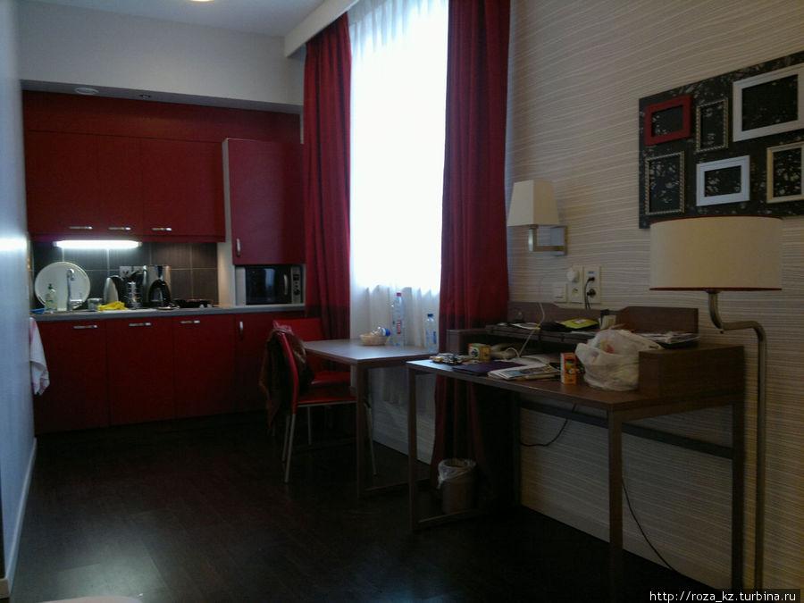 наш номер — зона кухни и кабинета :)