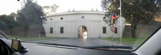 Ворота в крепостной стене остались все той же ширины, и, чтобы проехать, стоят реверсивные светофоры