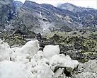 С гор тянулись тонкие ниточки водопадиков