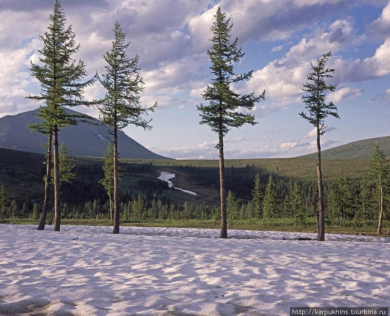 Ещё даже в конце июля кое-где сохраняются снежники с прошлой зимы.