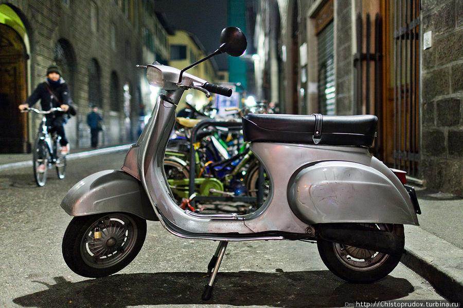 ... и тысячи мотоциклов и скутеров. Флоренция, Италия