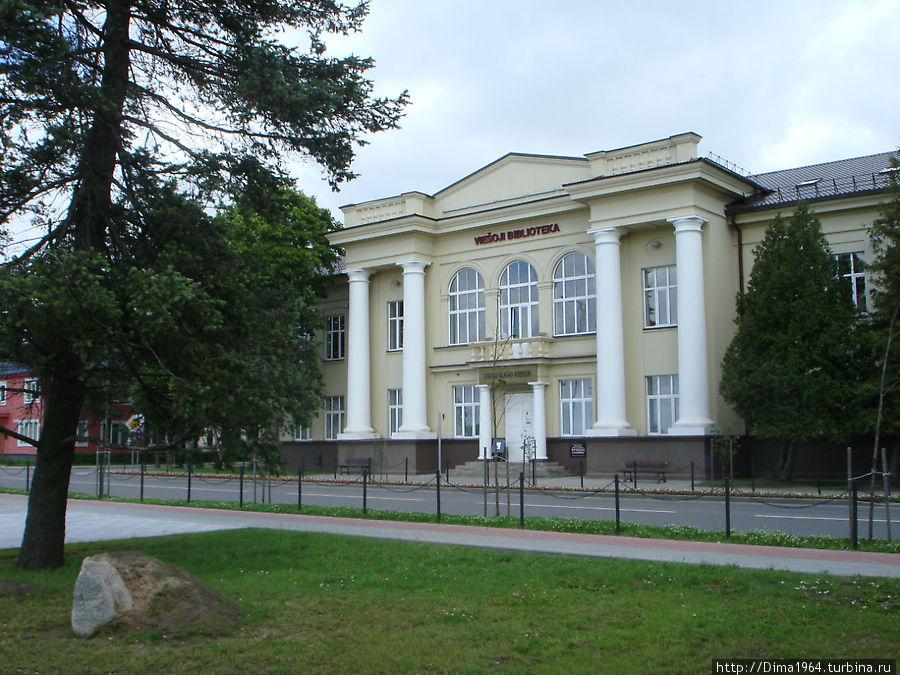 Напротив площадки расположен городской культурный центр и музей Зарасайского края.