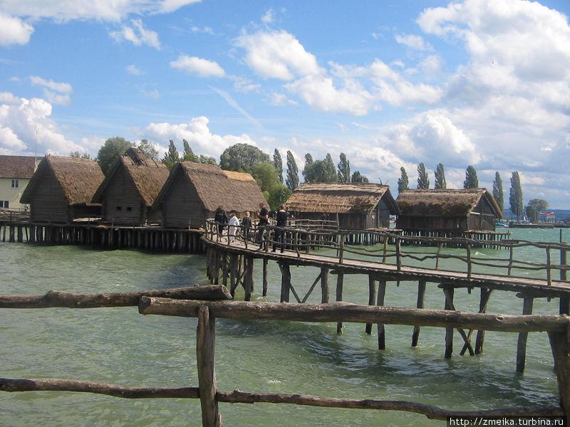 Левее три дома Бронзового века села Buchau, а правее два дома Каменного века поселения Шуссенрид.