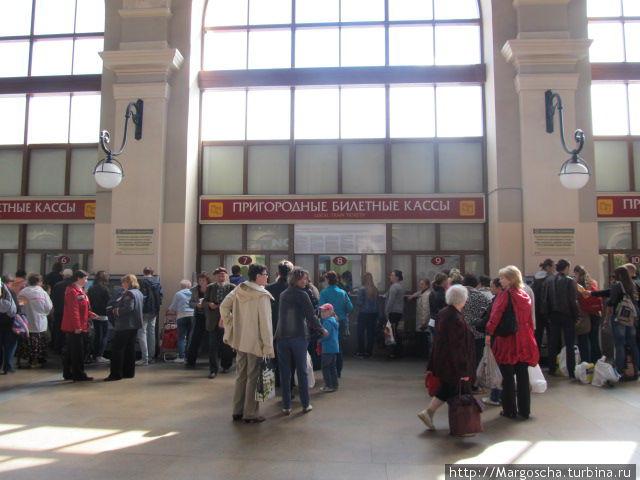 Билет можно купить в пригородных кассах. Но очереди , как всегда,  не кстати.  Есть другой способ купить билет — через терминал.