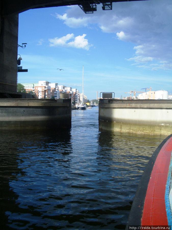 За время нашей прогулки мы дважды проходим шлюзы. Наблюдаю, как это происходит. Прохождение шлюза, достаточно большое мастерство для моряков, т.к. края катера практически касаются стен шлюза. Пропускная способность шлюза около 120 кораблей в день (каждый минут 10).