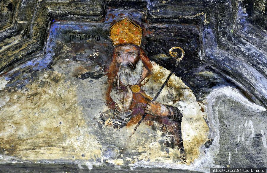 Маленькая церковь Сурб Аствацацин (св. Богородицы), построенная в 1235 году, примыкает к основной церкви Сурб Сион. Здесь можно видеть относительно хорошо сохранившиеся фрески. Но фресок, к сожалению, очень мало. Аштарак, Армения