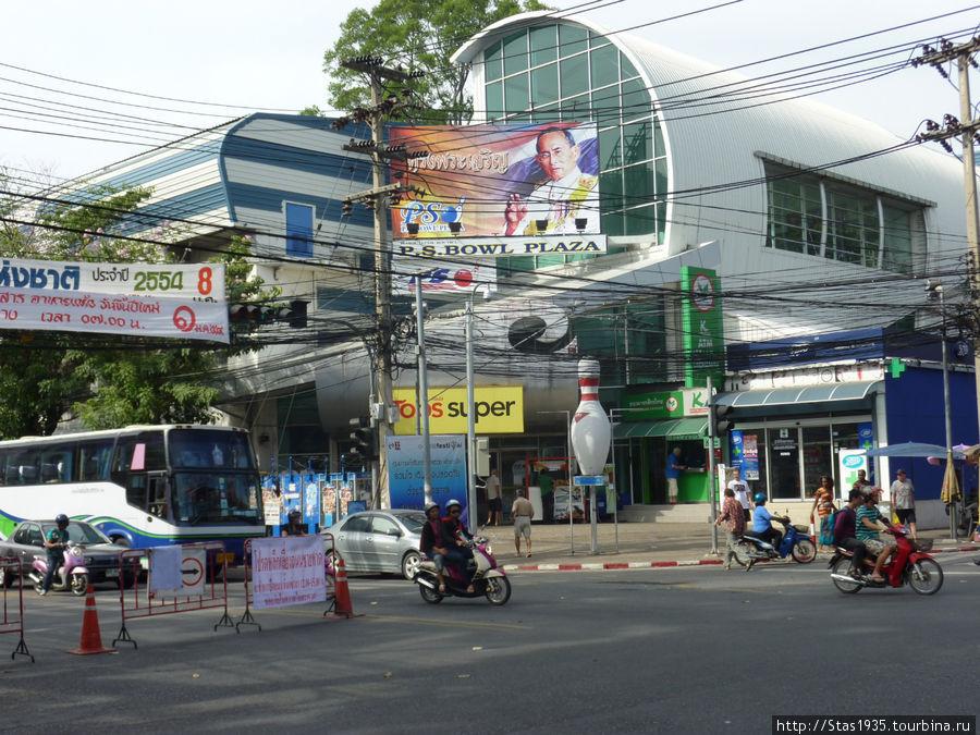Паттайя. Супермаркет Tops на углу улиц Вторая и Центральная.