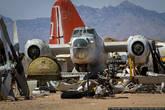 Здесь догнивают и доживают свой век только военные самолёты. Начиная со второй мировой войны все списанные, но не развалившиеся борта свозили сюда, в пустыню, на базу ВВС. Вот и накопилось.